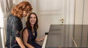 Atrizes tocam piano
