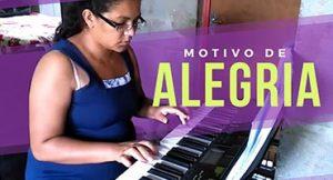 Dona de casa realiza o sonho de tocar piano – sem sair de casa!