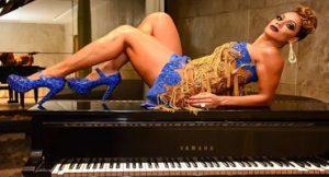 Performance em cima do piano