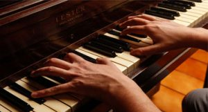 Como o cérebro trabalha quando se aprende a tocar piano