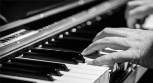 tocar piano em 15-meses