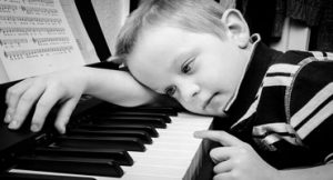 Exigir que crianças estudem piano