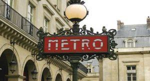 Músicos tocam piano em estação de trem de Paris e impressiona