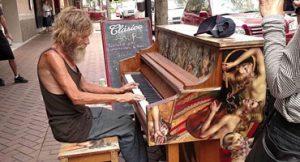 Pianista sem teto vira fenômeno na internet