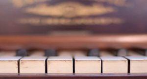 Piano e violino transformam música clássica em algo inexplicável