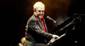Elton John dá show ao piano na apoteose do Rio de Janeiro