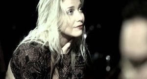 Luiza Possi faz show intimista com voz e piano em Recife