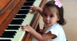 Deborah Secco Incentiva a Filha a Tocar Piano e o resultado é uma graça