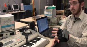 Luva tecnológica promete ensinar a tocar piano