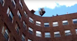 MIT Volta a sua tradição de jogar piano do alto do prédio