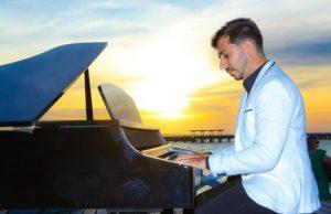 Piano e pôr do sol na beira da praia