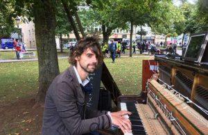 Homem usa piano para reconquistar ex-namorada