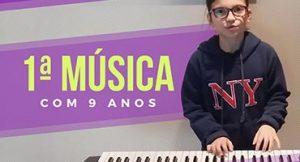 Menina de 9 anos toca sua primeira música