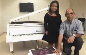 Pianista que sofre com nanismo ganha piano adaptado